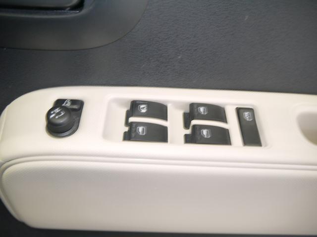 電動格納ミラーのスイッチとパワーウィンドウのスイッチが付いています。手元で操作できるので便利ですね。