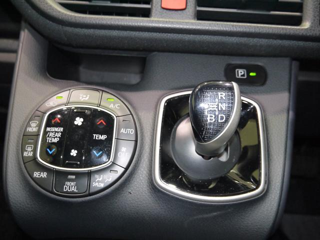 オートエアコンの操作パネルです。ハイブリッド車のシフトレバーは未来的ですねー。