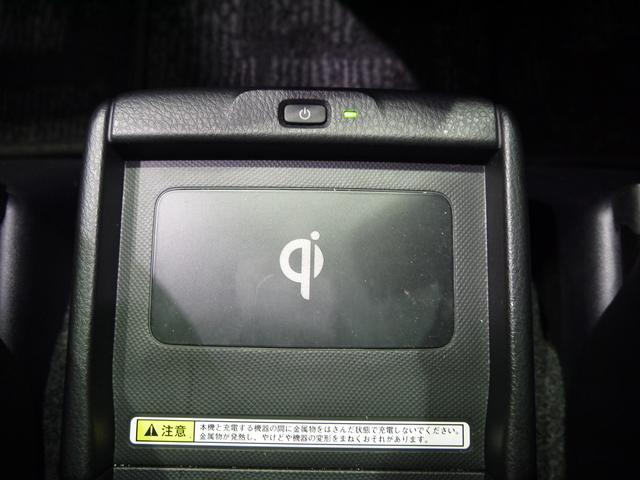 非接触充電のQiが付いています。