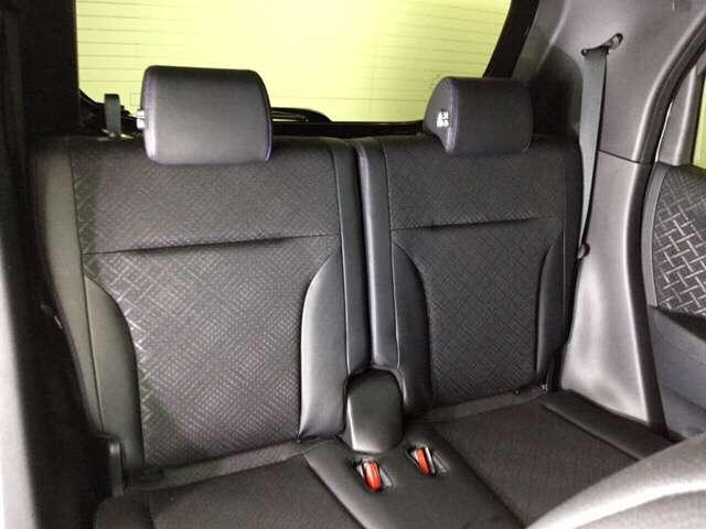リアシートもゆったり快適に座っていただけますので、後部座席にお乗りの方も楽しくドライブに参加していただけますよ。もちろんチャイルドシートの取り付けにも対応します。