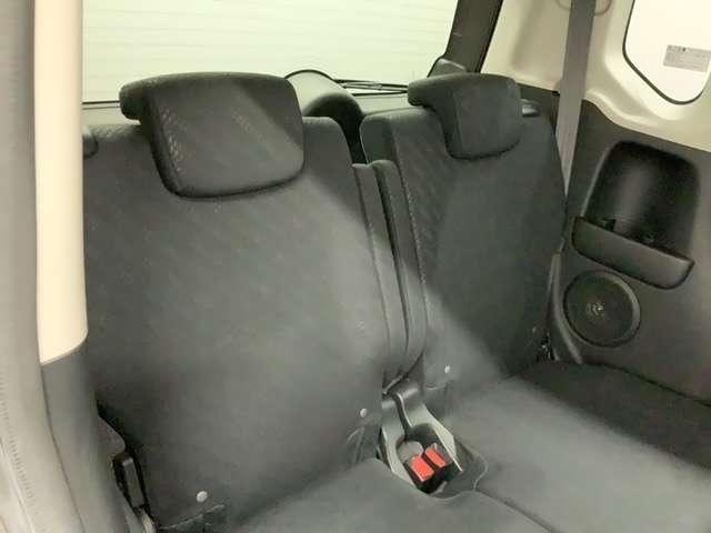 2列目シートも足元ゆったりで快適に座っていただけますので、後部座席にお乗りの方も楽しくドライブに参加していただけますよ。もちろんチャイルドシートの取り付けにも対応します。