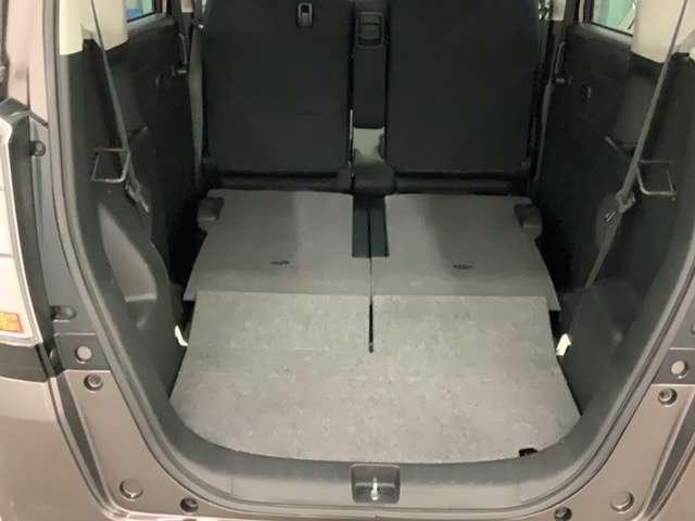 リアシートは5:5の分割シートで左右別々に倒せます。もちろん、座ったままでも操作出来ますし、後ろからでも操作可能!荷物を積む時に前まで回らなくても良いんです。