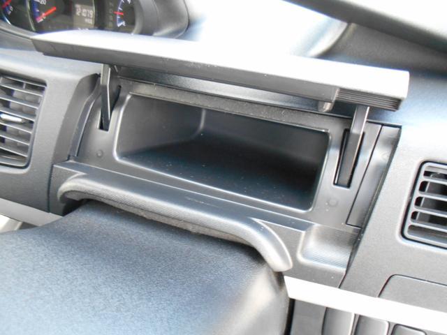 ドライブ席正面にも小物入れがあります!!