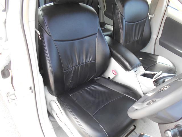 ドライブ席の状態画像です!!黒レザー調シートカバー背もたれに少し破れがあります・・・・