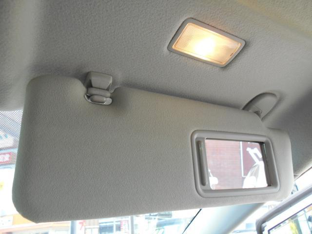 ドライブ席には照明付きバニティーミラーが付いています!!