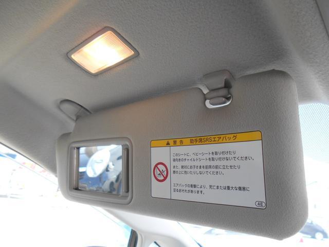助手席にも照明付きバニティーミラーが付いています!!