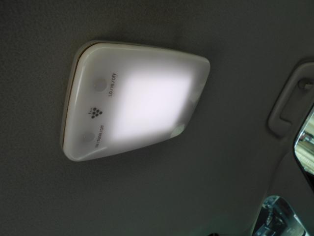 リアルーフにはLED照明付きイオンクラスターも装備されています!!
