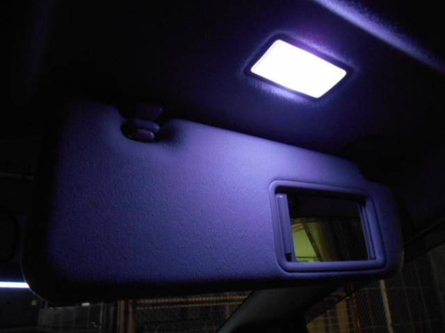 サンバイザーもLED照明付きバニティーミラーになっています!!
