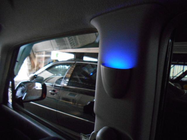 センターピラーにはブルーLEDムードランプがついて雰囲気が醸し出ています!!