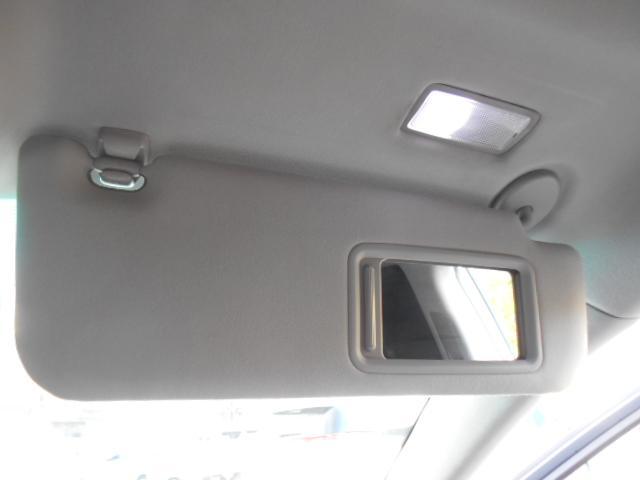 ドライブ席にはLED照明付きバニティーミラーも装備されています!!