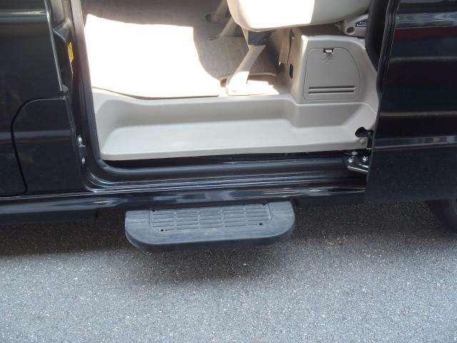 助手席側のオートスライドドアの下には、オートステップが備わっておりますので、足の悪い方でも乗り降りラクラク♪