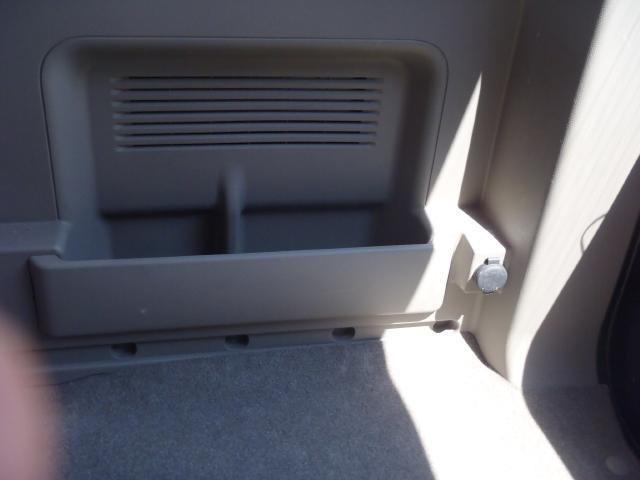 ラゲッジルームには小物入れがご用意されております☆右側には、クーラーBOXの使用に便利な12V電源をご用意しております♪