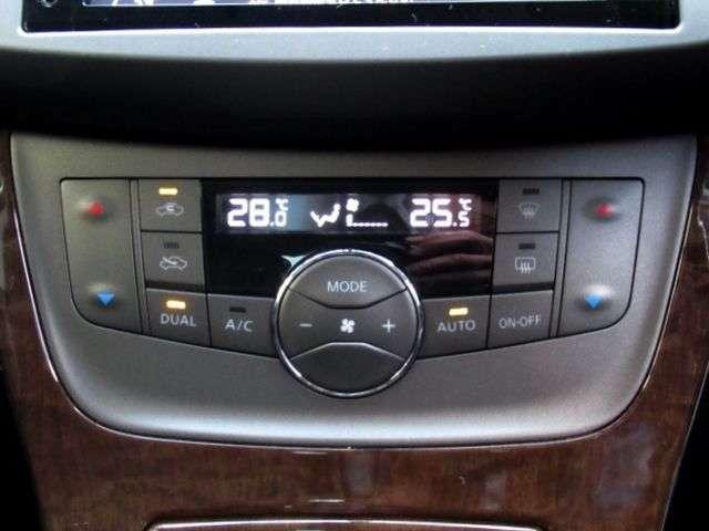 オートエアコンです。左右独立して温度設定ができます。