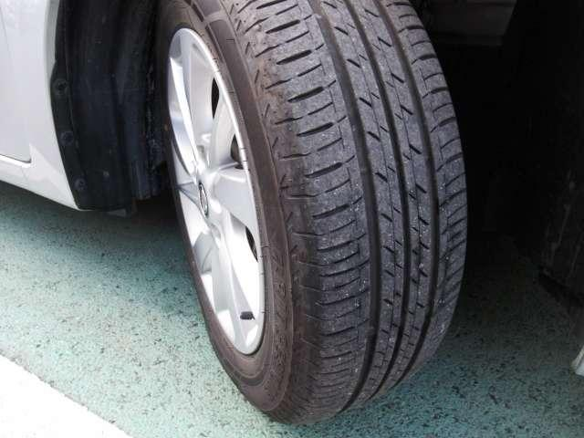 タイヤの状態もご覧のように十分、溝が残っています!アルミホイル付です。おしゃれは足元から、さらに鉄ホイールより軽いので燃費にも貢献します。