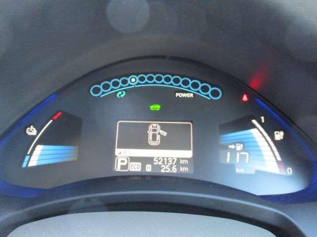 アーチ状のデザインとブルーイルミネーションが先進的な、ツインデジタルメーターを搭載。充電状態や出力・回生状態を確認できるほか、エコドライブのアシスト機能もそなえています。