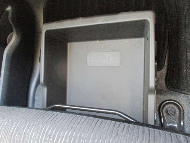 助手席の下に小物入れをご用意しました。車検証入れなど普段使わないものを収納できて車内もスッキリ片付きます。
