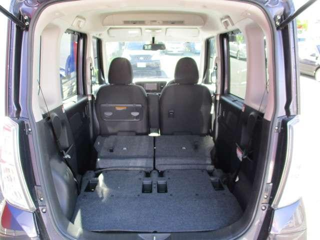 後部座席を倒すとさらに大きなスペースに荷物を積む事ができるラゲッジスペースです。長尺ものも室内に積み込めるので便利ですよ。