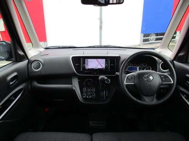 シフトレバーをダッシュに配置することで運転席・助手席の広さを確保しました。