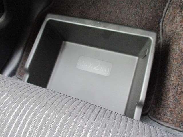 分割可倒式リヤシートは、脚立やレジャーグッズなど長尺物を収納しても後部座席に一人座れます♪