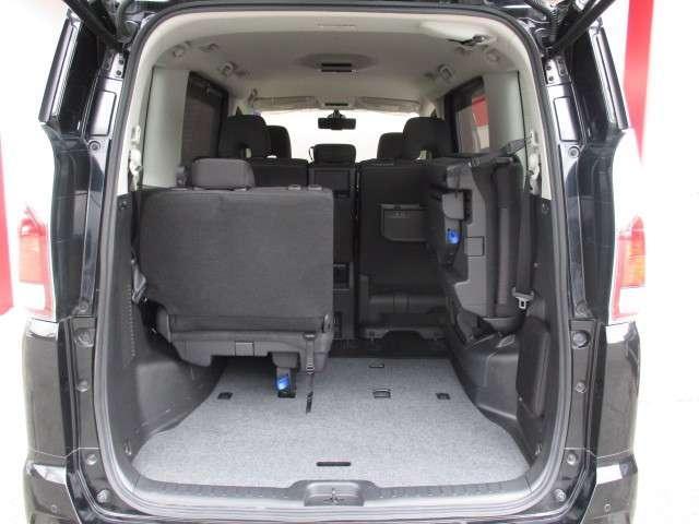 サードシートは女性でも楽々カンタンにワンアクションで跳ね上げ出来ます☆大きな荷物も十分積み込めます♪
