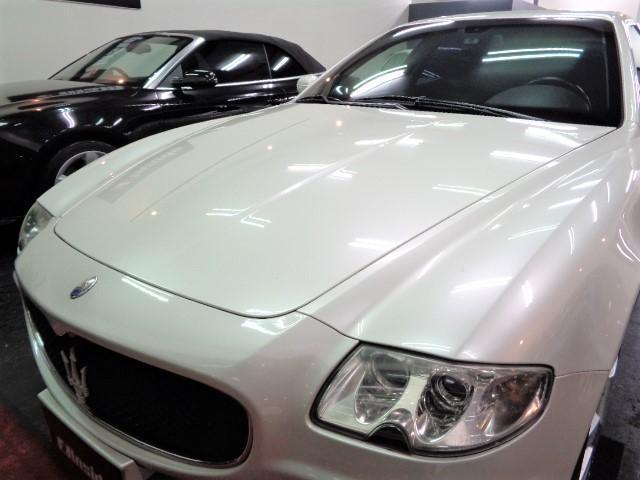 保管状況もよく光沢のある限定色ビアンコフジパールホワイトカラーのボディ&透明感の高いプロジェクターバイキセノンヘッドライトです