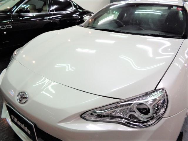 光沢のあるサテンホワイトパールカラーのボディ&透明感の高いクリアLEDヘッドライトです
