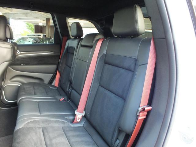 セカンドシートもフロント同様のコンビシートです。シートベルトが赤色で良いインテリアのアクセントになっています。