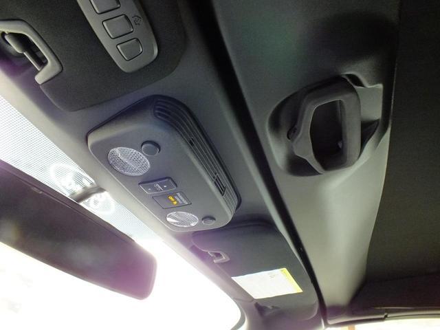 コンソール頭上のコンバーチブル開閉手動ロック。解除後ボタン操作のみで自動開閉!!
