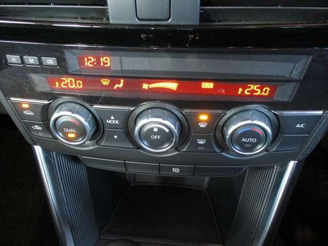 運転席と助手席で温度が変えられる嬉しいデュアルエアコン付き!もう相手に合わせることなく、ご自身に合った温度調整ができるんです!(^^)!