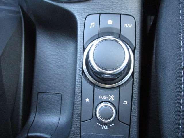 画像のジョグダイヤル式コマンダーでモニター画面を操作します。簡単操作で慣れれば手元を見なくても操作が可能です。ナビ→ラジオ→TV→CD・DVDから各種車両設定まで、このスイッチで全ての操作が可能です!