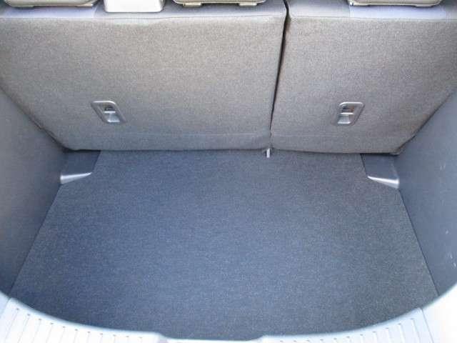使用感が薄く綺麗なトランクスペースです。フラットで使い易く、少し床面を下げていますので、荷物の固定に便利です。広さも十分に確保されています。★☆★☆★