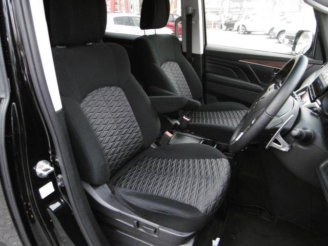 運転席は電動シートなので最適なポジションに調整が可能!