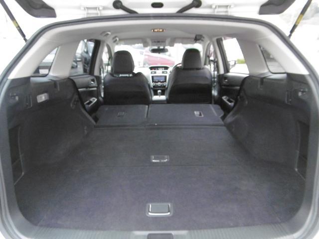 後部座席を畳むとフラットで広いスペースが出来ます!状況に応じてのシートアレンジが可能です!