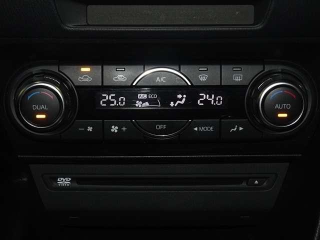車内温度を調整して頂くだけで風量や吹き出し口を自動で車が選んでくれるオートエアコン付です。