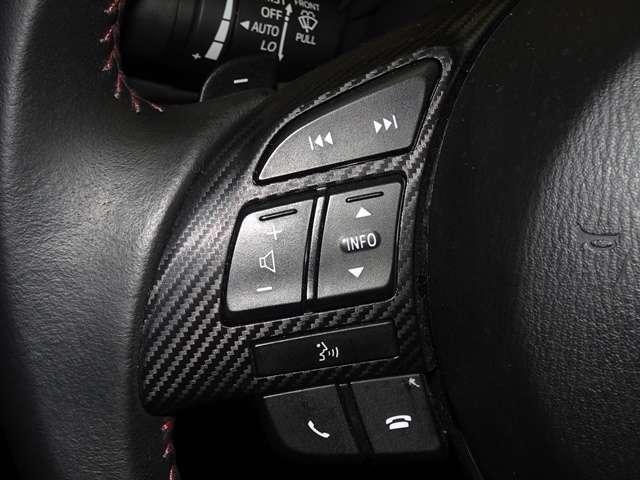 ステアリングには、オーディオをコントロールできるスイッチが付いております!運転中でもステアリングから手を離すことなくオーディオ操作が可能なため安全です!
