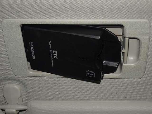 マツダ純正スマートインETC。サンバイザーの後ろに隠れるように車載器をスマートに収納!1プッシュで車載器が斜めに下がり、ETCカードの出し入れがカンタンにできます。