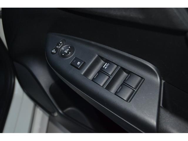 パワーウィンドーに電動ドアミラーのスイッチは運転席ドアに集中されていて使い勝手が楽ですよ!