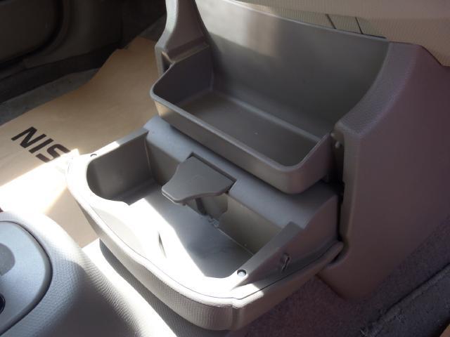 前席用のドリンクホルダーや小物が収納できるスペースがございます♪
