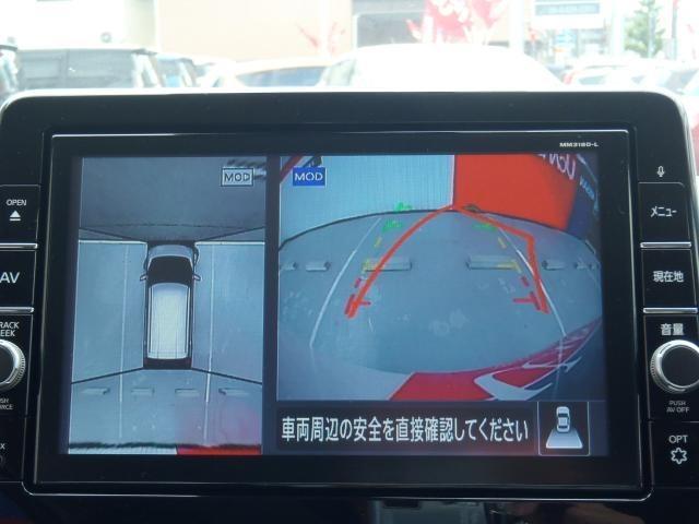 空から見下ろすような視点で、スムースな駐車と安全確認をサポートします。