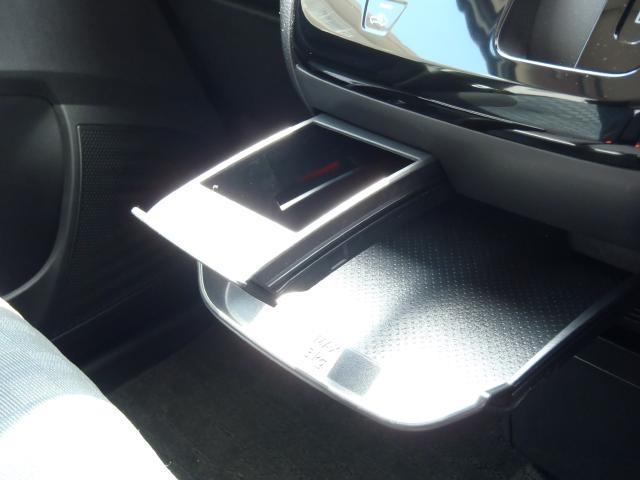 前席スライド式テーブル&ドリンクホルダー付き。