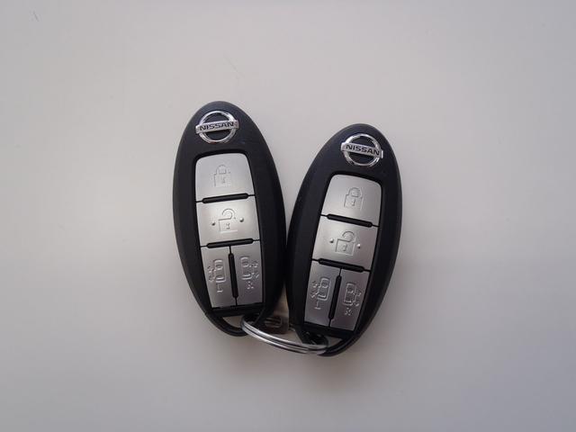 インテリジェントキー ドアロックの開閉やエンジンスタートの操作もボタンひとつでOKなんです。お買い物で、両手が塞がっている時もキーをポケットに入れていればボタン一つでドアロックを開閉出来ますよ!