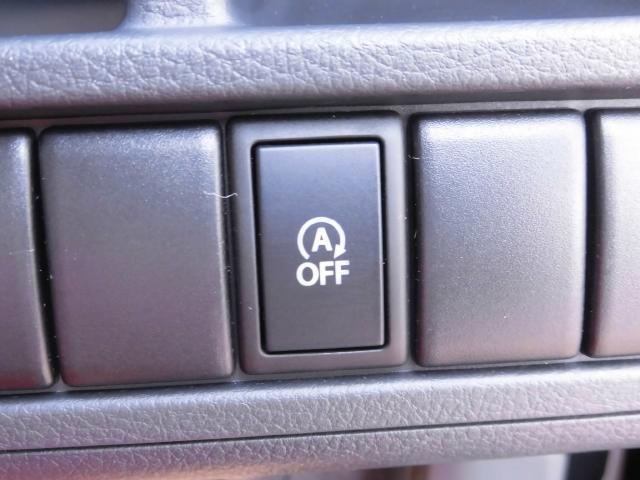 信号待ちなどのクルマを停止させたときに自動的にエンジンを切り、発進時にエンジンを再始動させるシステムがアイドリングストップです。クルマの停止時にエンジンも停止させるので燃費が向上します。