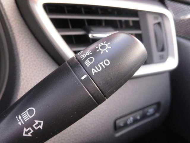 車外の明るさを感知し、自動でヘッドライトを点灯します