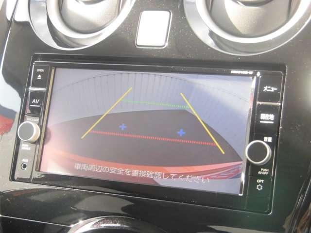 シフトレバーを「R」にすると、見えにくい後方の映像をナビに表示。車幅や距離の目安線に加え、バックドア開閉目安点も表示されるので、車庫入れなどの後退時に便利です。
