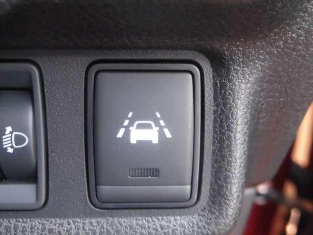 LDW。フロントカメラによりレーンマーカーを検知し、意図せずに走行車線から逸脱しそうな場合、メーター内の警告灯とブザーで注意を喚起し、クルマを車線内走行に戻す操作を促します。
