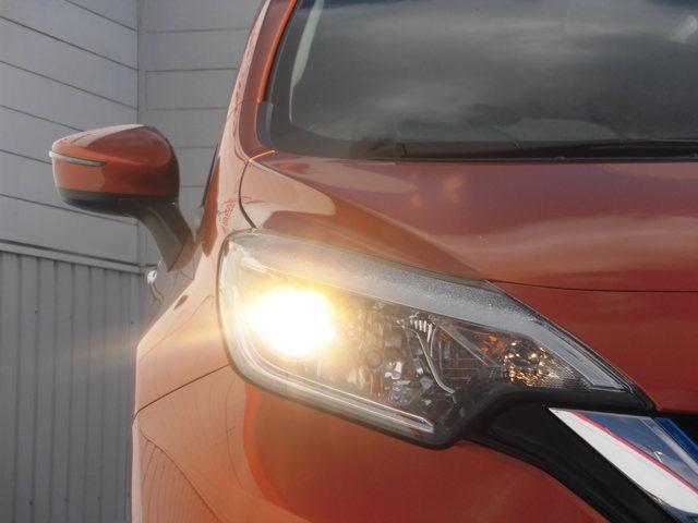 最適配光プロジェクターハロゲンヘッドランプ。いつでも安心して運転できるようドライバーをサポートします。
