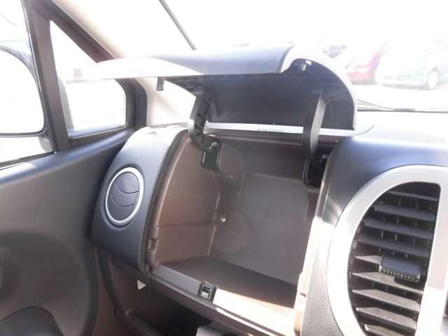 助手席グローブボックスの上にもアッパーボックスがあり収納にも困りません!!