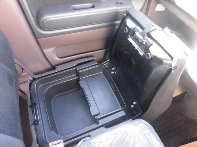助手席シート座面下には、ボックスがあるので収納もバッチリです!