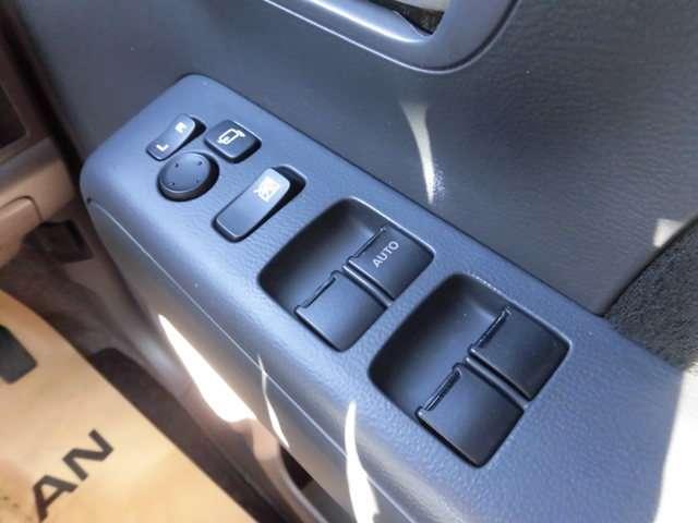 運転席ドアに扱いやすく配置された集中ドアロックパワーウインドウと電動格納ミラー