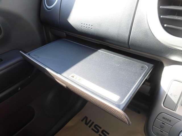 助手席インストアッパーボード(スライド式)は軽食を置いたり、ノートPCを使ったりとマルチに便利に使えます。